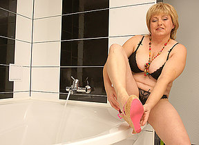 Hairy beamy mama bringing off in burnish apply bath