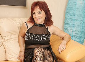 Mature redhead loves to feign their way hairy pussy
