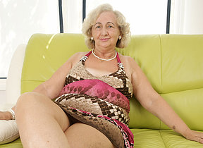 matured grandma playing round a purple dildo
