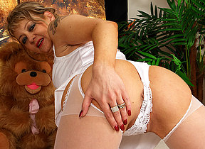 Hot mature slut admissible herself plus chiefly