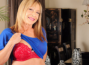 Horny mature floozy carryingon with herself