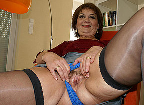 Mother enjoys the brush toys when she is sexcrazed