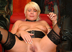 Kinky mature floozy fisting herself