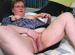 This heavy housewife playing on her bed
