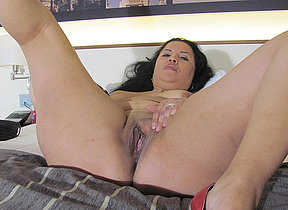 Kinky mature slattern effectuation on will not hear of bed hither a dildo