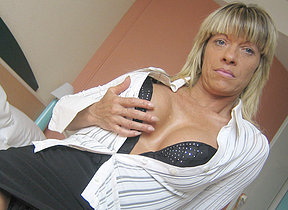 Horny mature Carmen loves to play with will not hear of toys