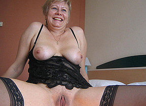 This sexcrazed mature slut creates a yellowish stream