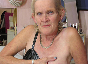 piping hot dutch mature slut showing the brush soaking soiled cunt