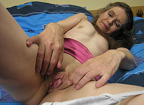 Mature slut effectuation in the first place her bed