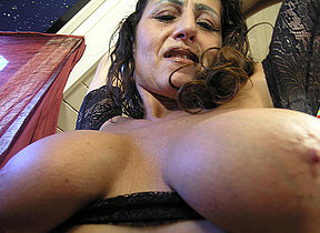 This mature slut loves bringing off with her cunt