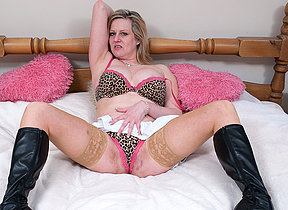 Blonde mature floosie getting very muddied above will not hear of bed