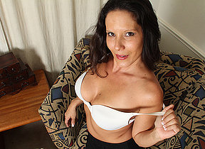 Erotic American MILF playing with reference to her pussy