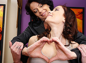 This hot babe seduces a disconsolate older lesbian
