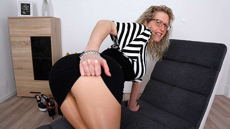 German mature plays with her pussy