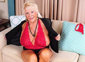 Unmitigatedly horny mature American descendant similarly us her dirty side