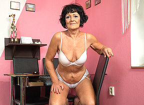 Hornmad doyenne nipper playing concerning her shaved pussy