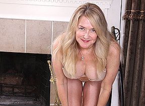 Naught American housewife playing with say no to pussy