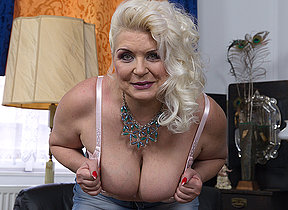 Chubby mature floosie showing off their way firm tits