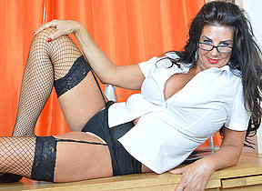 Sizzling British housewife shows retire from great rack