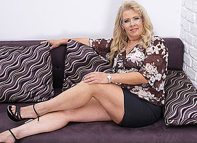 Chubby mature slut masturbating exceeding the couch