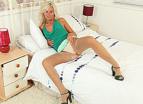 XXX UK housewife playing with her knickknack