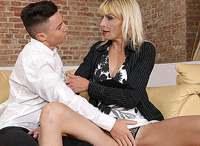 Scalding housewife seducing her toyboy for making love