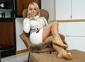 British MILF Tara Spades bringing off with ourselves