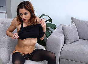 This naughty mom loves to role of near herself