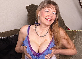 This depressed mature British cougar loves to screw around with their way pussy