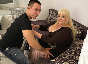 Curvy mature lady fucking fast with her younger lover